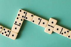 Gioco dei domino su un fondo leggero Il concetto del gioco immagini stock libere da diritti