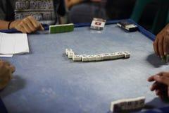 Gioco dei domino sulla tavola rotonda Fotografia Stock Libera da Diritti