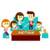 Gioco dei giochi con le carte di divertimento con la famiglia Fotografia Stock