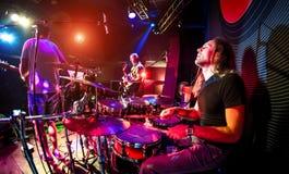 Gioco dei musicisti in scena Fotografia Stock