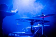 Gioco dei tamburi ad un concerto fotografie stock libere da diritti