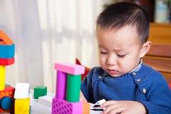 Gioco del bambino con i blocchi Fotografie Stock Libere da Diritti