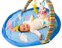 Gioco del bambino con il percorso di residuo della potatura meccanica Fotografia Stock Libera da Diritti