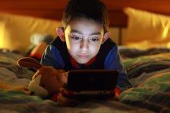 Gioco del bambino con il videogioco Fotografia Stock