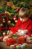 Gioco del bambino con la casella attuale Fotografie Stock Libere da Diritti