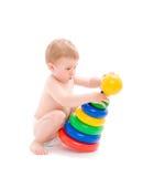 Gioco del bambino con la torretta dai dischi variopinti Immagini Stock Libere da Diritti