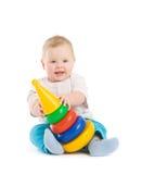 Gioco del bambino con la torretta dai dischi variopinti Fotografia Stock