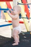 Gioco del bambino di Littele sul campo da giuoco Immagine Stock