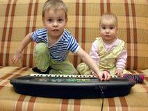 Gioco del bambino e del bambino Fotografie Stock