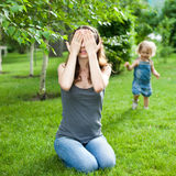 Gioco del bambino e della donna immagini stock