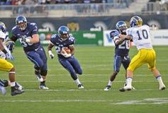 Gioco del calcio 2011 del NCAA - funzionare indietro trasporta Immagini Stock Libere da Diritti