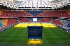 gioco del calcio all'interno dello stadio Fotografia Stock Libera da Diritti