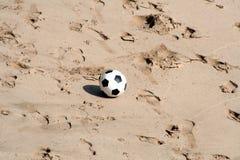 Gioco del calcio alla spiaggia Fotografie Stock Libere da Diritti