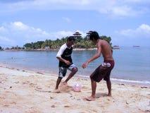Gioco del calcio alla stazione balneare Immagini Stock