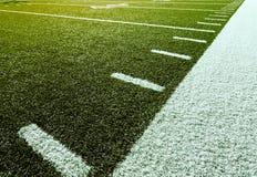 Gioco del calcio con i contrassegni di misurazione in iarde Fotografia Stock
