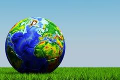 Gioco del calcio con struttura del globo su erba Fotografia Stock