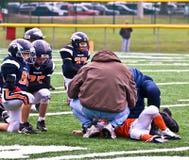 Gioco del calcio danneggiato della gioventù del giocatore Fotografie Stock