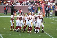 Gioco del calcio del NFL: Colori marrone delle pellerosse v. fotografie stock