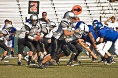 Gioco del calcio della piccola lega che ostruisce per il gioco Fotografia Stock