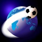 Gioco del calcio di calcio ed il mondo o il globo Fotografia Stock Libera da Diritti