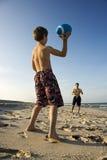 Gioco del calcio di lancio del ragazzo con il papà. Immagine Stock