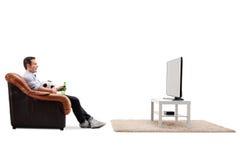 gioco del calcio di sorveglianza dell'uomo sulla TV Fotografie Stock
