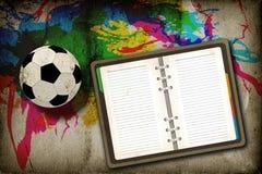 Gioco del calcio e taccuino in bianco Fotografia Stock Libera da Diritti