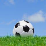 Gioco del calcio, erba e cielo immagine stock libera da diritti