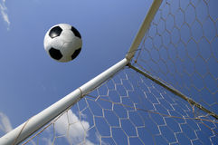 Gioco del calcio - sfera di calcio nell'obiettivo Immagine Stock