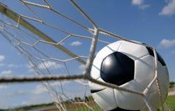 Gioco del calcio - sfera di calcio nell'obiettivo Fotografia Stock
