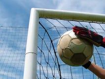 Gioco del calcio - sfera di calcio nell'obiettivo Fotografia Stock Libera da Diritti