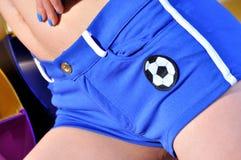 Gioco del calcio sui pantaloni di scarsità di sport Immagine Stock