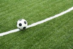 Gioco del calcio sul campo di calcio con la riga della curva Immagine Stock