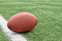 Gioco del calcio sul linea delle yard immagine stock