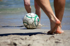 Gioco del calcio sulla spiaggia Fotografie Stock Libere da Diritti
