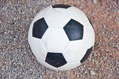 Gioco del calcio sulla terra Fotografia Stock