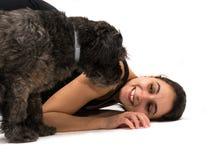 Gioco del cane e della ragazza Immagini Stock