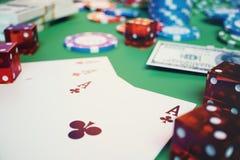 gioco del casinò dell'illustrazione 3D Chip, carte da gioco per il poker Chip di mazza, dadi rossi e soldi sulla tavola verde Onl Immagine Stock