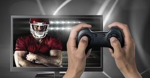 Gioco del gioco di computer di football americano con il regolatore in mani fotografia stock libera da diritti