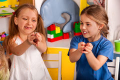 Gioco del dito sulla scuola della rottura nella classe della pittura Piccolo allievo Fotografia Stock