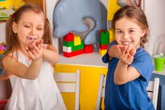 Gioco del dito sulla scuola della rottura nella classe della pittura Piccolo allievo Immagini Stock