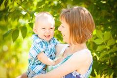 Gioco del figlio e della mamma all'aperto insieme Fotografia Stock