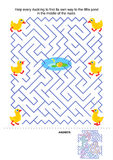 Gioco del labirinto per i bambini - anatroccoli e stagno Immagini Stock Libere da Diritti