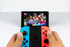 Gioco del Mario Kart Deluxe 8 in commutatore di Nintendo immagine stock