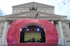 Gioco del musicista sul quadrato del teatro a Mosca Fotografia Stock Libera da Diritti