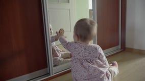 Gioco del neonato con la propria riflessione in specchio 4k archivi video