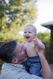 Gioco del neonato e del padre Fotografia Stock