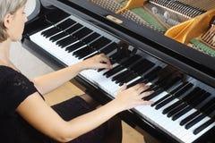 Gioco del pianista del giocatore di piano Fotografia Stock