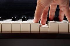 Gioco del piano dall'angolo basso Fotografie Stock