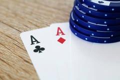Gioco del poker con gli assi ed i titoli di prim'ordine Fotografia Stock